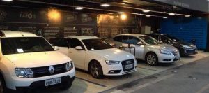 Espaço na loja FlipWash com quatro carros