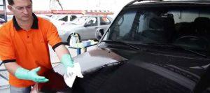 Profissional da Franquia Lave Parke lavando um carro
