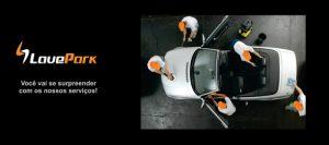 Cinco profissionais trabalhando na limpeza e estética de um carro. Texto na imagem: Lave Park. Você vai se surpreender com os nossos serviços.