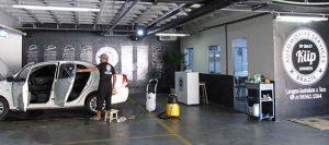 Profissional fazendo a lavagem dos bancos do carro na loja da Kiip