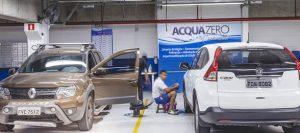 Dois carros que foram lavados e estão na loja da franquia Acquazero