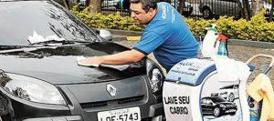 Franqueado lavando carro em um atendimento delivery da Acquazero