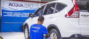 Serviço automotivo sendo feito. Texto na imagem: Acquazero car wash. limpeza ecológica, enceramento, cristalização, polimento, hidratação de couro, higienização, hipermeabilização de estofado, higienização