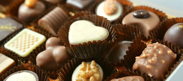 Chocolates de diversos tipos vendidos em uma loja de chocolates