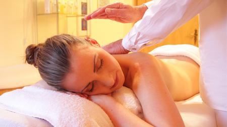 Cliente recebendo massagem estética
